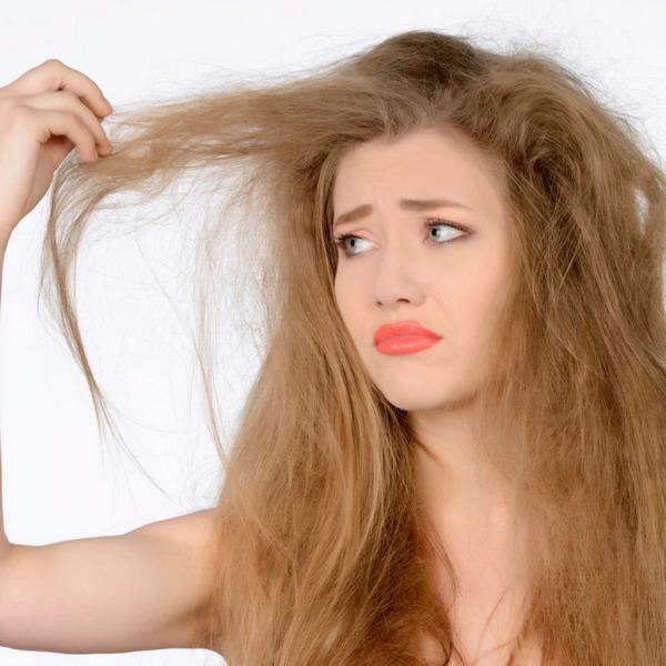 Сухие и секущиеся волосы при отсутствии своевременных мер несут высокий риск возникновения алопеции