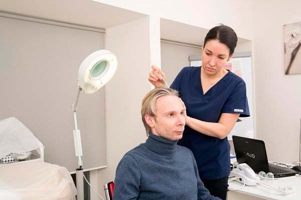 Причины выпадения волос устанавливаются в клинике