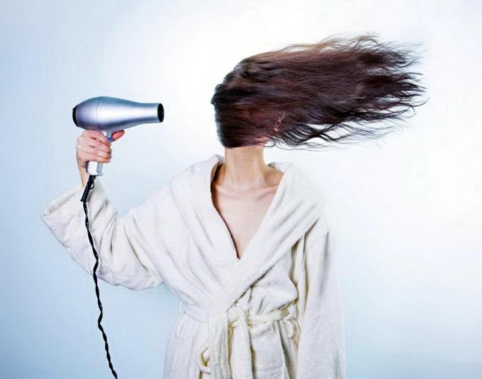 Фен и другие термоприборы могут привести к пористости волос