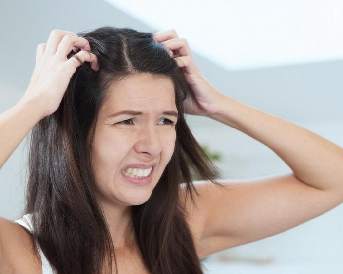Порой зуд головы бывает просто нестерпимым