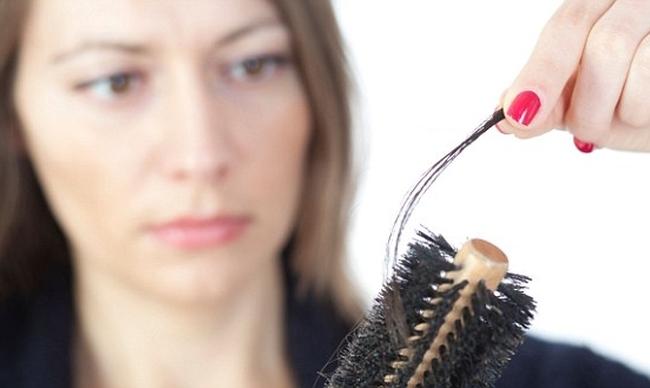 Женщин после 30 начинает беспокоить выпадение волос на голове