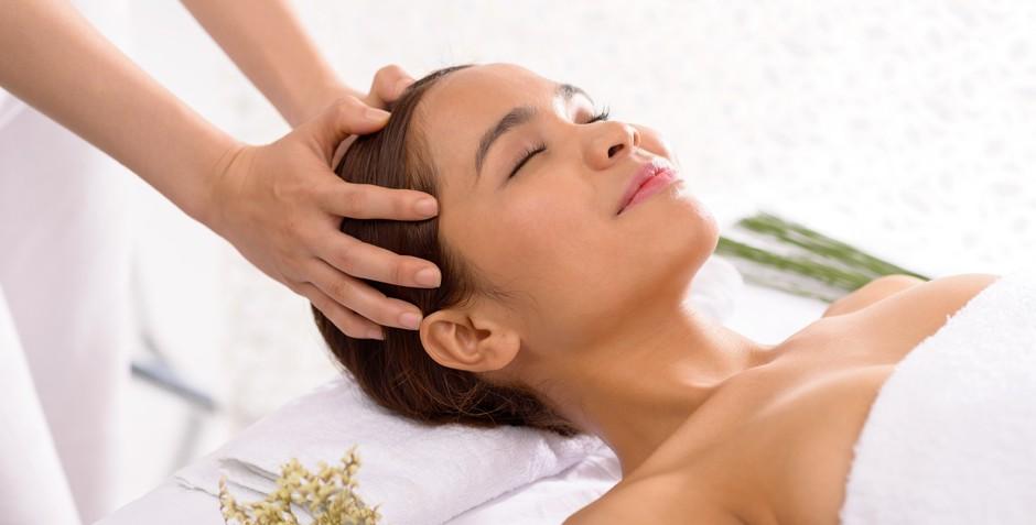 Массажные движения восстанавливают рост волос