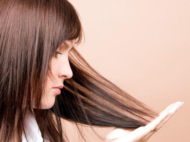 После химии волосы могут совершенно изменить свою прежнюю структуру: выпрямиться или, напротив, стать волнистыми